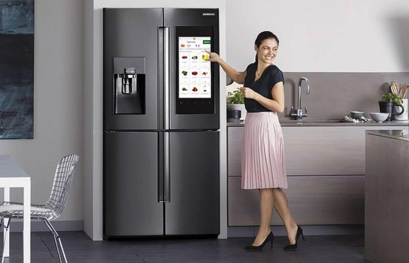 серый холодильник в интерьере