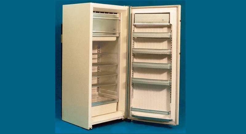 Холодильник выполнен в виде напольного шкафа